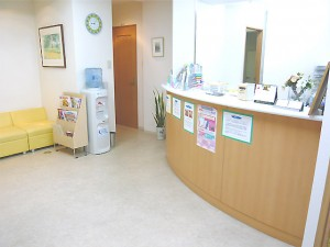 【待合室、受付け】  広々とした待合室と清潔な受付カウンターで患者様をお出迎え致します。